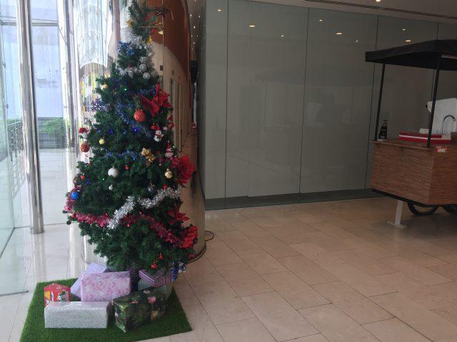 弊社オフィスのエントランスのクリスマスツリー