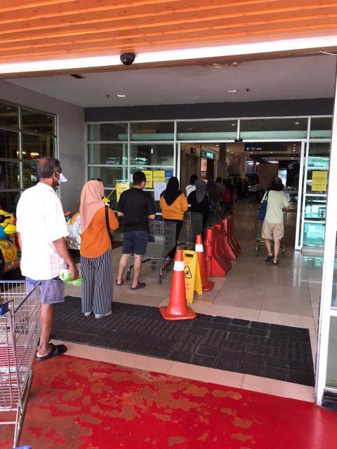 マレーシアのスーパーマーケットでは、入り口で入場制限がされています。