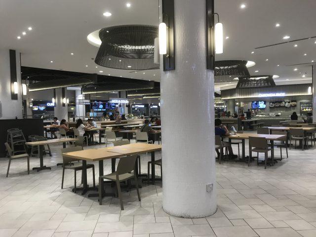 マレーシアのパビリオンショッピングモールのフードコート、席の間隔が定められており、ガラガラに見えます。