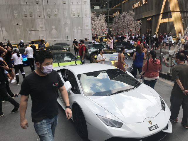 マレーシアのパビリオンショッピングモール前の高級車 ランボルギーニ?